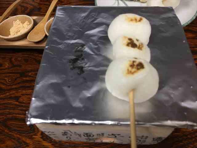ゼクシィ縁結びイベント(旧:ゼクシィ縁結びパーティー)の趣味コン体験型イベントにて焼き団子を焼く写真