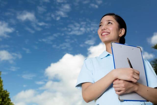 職場で出会いがない看護師が出会いに憧れる様子の写真