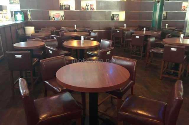 バー オブ トウキョウ 丸の内トラストタワー店内のテーブル席写真