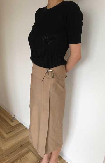 エアークローゼットの5箱目で届いたラップ風スカートと私服のトップスを合わせた写真