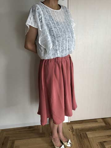エアークローゼット1箱目で届いた白いブラウスとピンクのスカートを着てみた写真