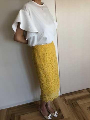 エアークローゼット2箱目で届いたフレアスリーブのブラウスと黄色のレースのスカートの着こなし写真