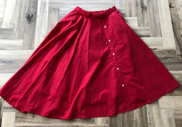 エアークローゼットの4箱目で届いた赤色アシンメトリーフレアスカートの写真