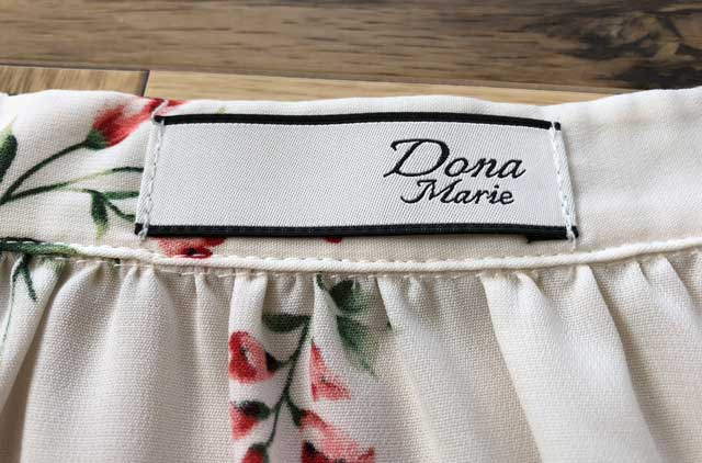 エアークローゼットの4箱目で届いた花柄ブラウスのブランド「DONA-MARIE(ドナ・マリー)」のタグ写真