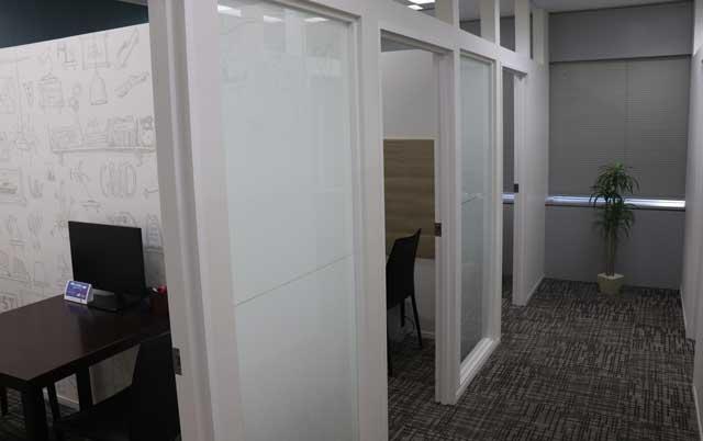 ゼクシィ縁結びエージェント(旧:ゼクシィ縁結びカウンター)新宿店の廊下から個室を見た写真