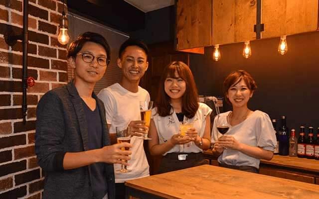 パーティーパーティー新宿南口6Fの恋活Barラウンジで男女が4人並んでいる写真