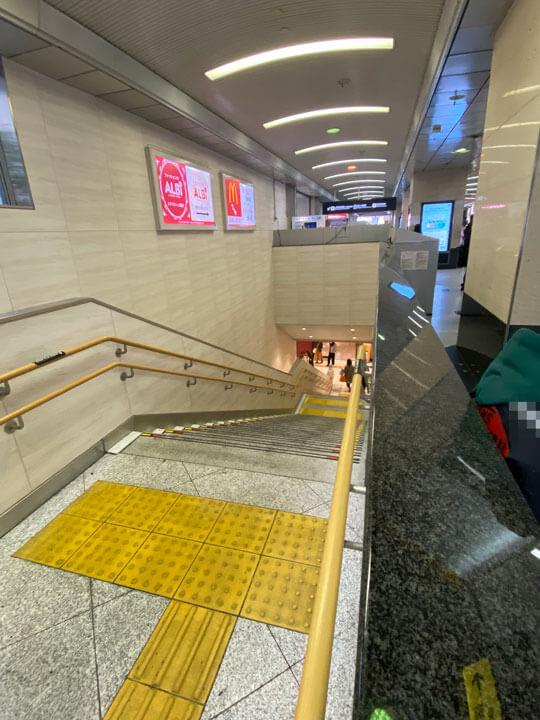 JR大阪駅の桜橋口改札前の下り階段の写真