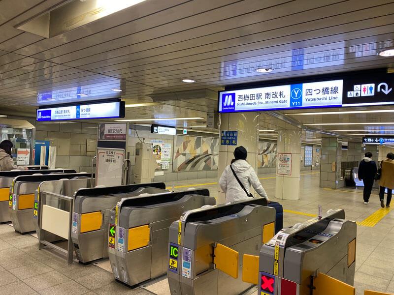 大阪メトロ四つ橋線の西梅田駅の南改札口前の写真
