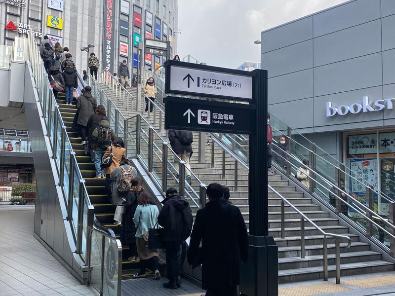 大阪駅の御堂筋北口出た付近のエスカレーター前の写真