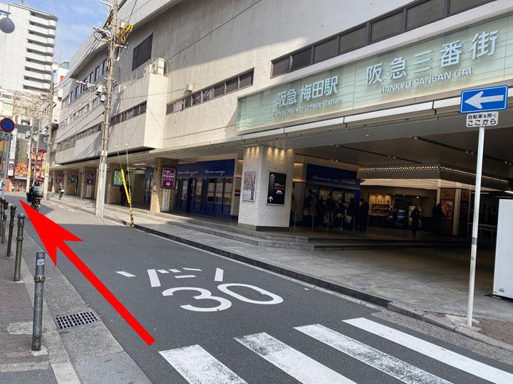 阪急梅田駅の茶屋町口から外に出た付近の写真