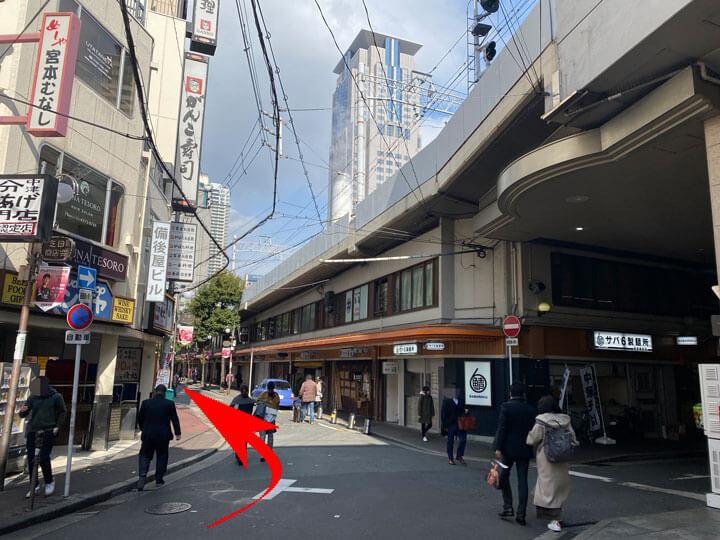 阪急梅田駅の茶屋町口からD.D.HOUSEへ行く道の写真