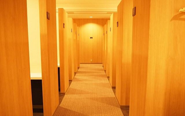 パーティーパーティー大阪なんばラウンジ会場の木目調の個室ブース写真