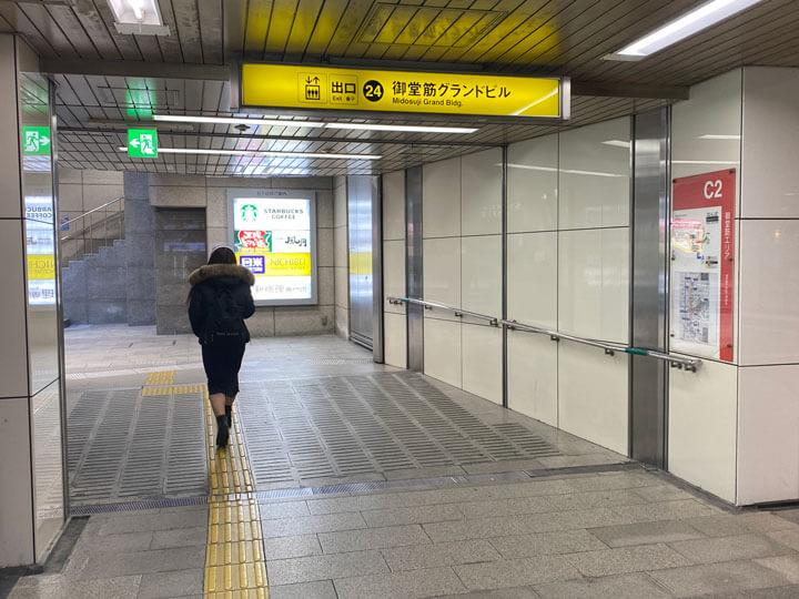 御堂筋グランドビルに直結するなんば駅24出口の写真