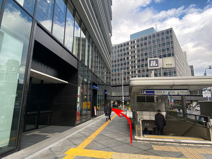 JR東西線の北新地駅兼メトロ四つ橋線の西梅田駅の10号出入口からパーティーパーティー大阪/梅田ラウンジへの行き方の写真